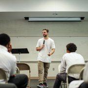 Mengatasi Ketakutan Public Speaking dengan Percaya Diri. Bagaimana Caranya?